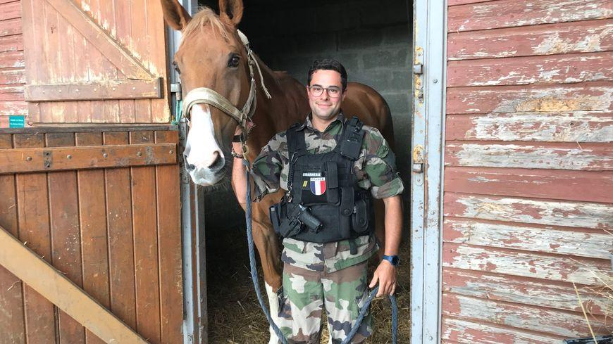 Pierre-Charles Leboeuf avec son cheval Reglys au centre équestre de Poitiers.