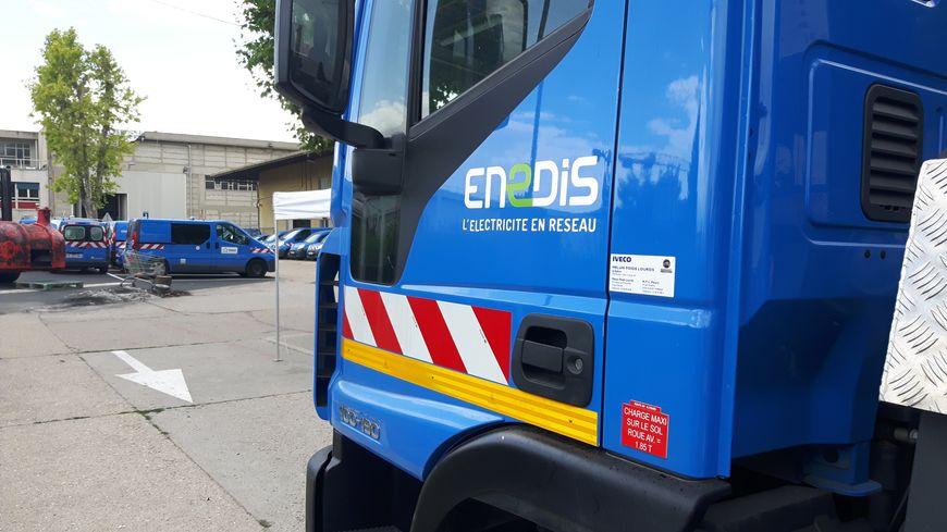Détail d'un camion bleu siglé Enedis.