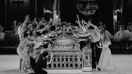 Ballet Arépo de Maurice Béjart à l'Opéra de Paris avec une maquette de l'Opéra Garnier en mars 1986, France.