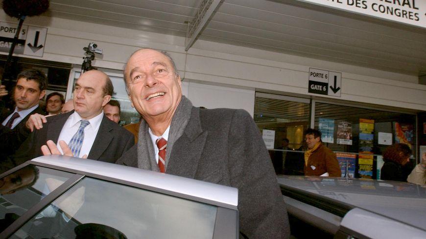 Jacques Chirac à la sortie de la cité des congrès de Nantes en 2003