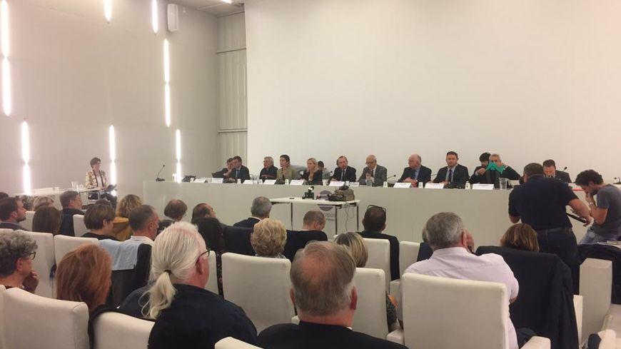 Après l'incendie de l'usine Lubrizol à Rouen jeudi, le préfet de la Seine-Maritime a rencontré ce lundi soir les élus du territoire.