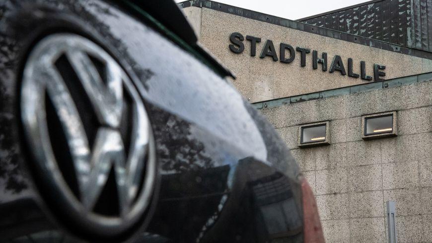 Le tribunal régional supérieur de Braunschweig a engagé une procédure contre Volkswagen. Environ 450 000 acheteurs de voitures ont rejoint la plainte.
