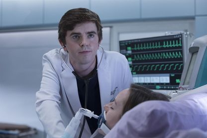 """Photo de Freddie Highmore dans la série """"Good Doctor"""" sur TF1 (saison une)."""
