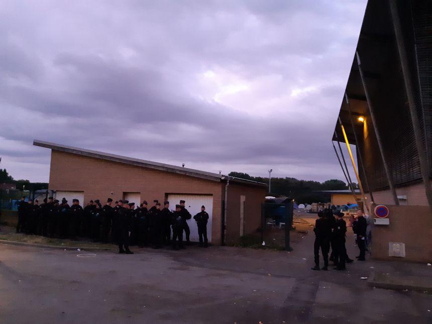 Crs et gendarmes mobiles évacuent le gymnase du moulin et le camp autour