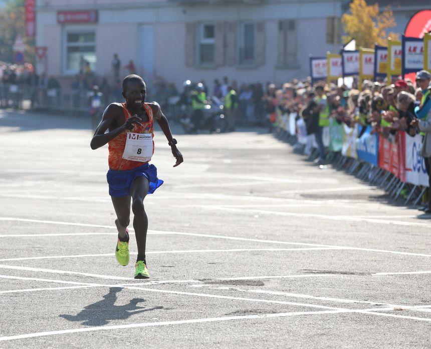 Pour être sorti du parcours à 400 mètres de l'arrivée, Wilson Kiprono avait manqué le record pour une poignée de secondes en 2017. Il revient pour le faire tomber