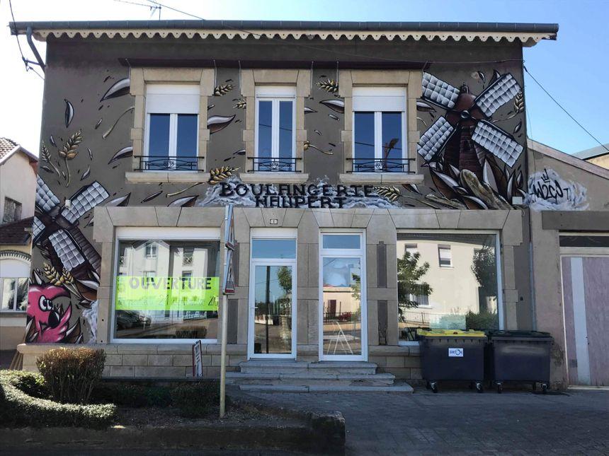 La facade de la boulangerie décorée par le graf d'Hugo.