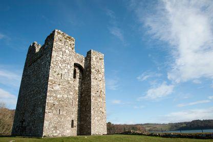 """Maison-tour de Audley's Castle, Château Ward Estate, comté de Down, Irlande du Nord, un des 26 décors naturels utilisé dans la série """"Games of Thrones""""."""