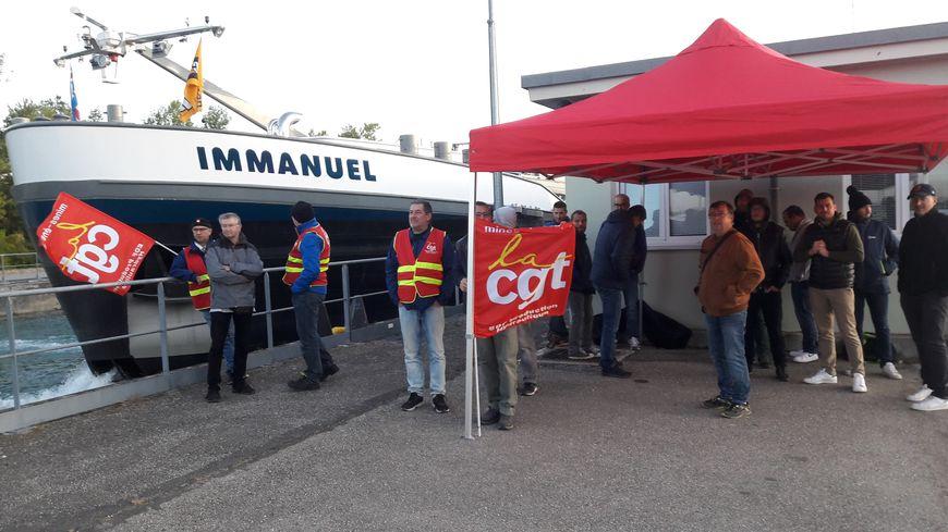 Une trentaine d'agents EDF bloquent l'écluse de Mackolsheim.