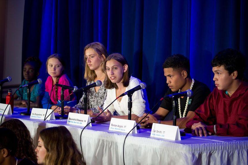 Iris Duquesne (3e à gauche) avec les autres jeunes à la tribune de l'ONU.