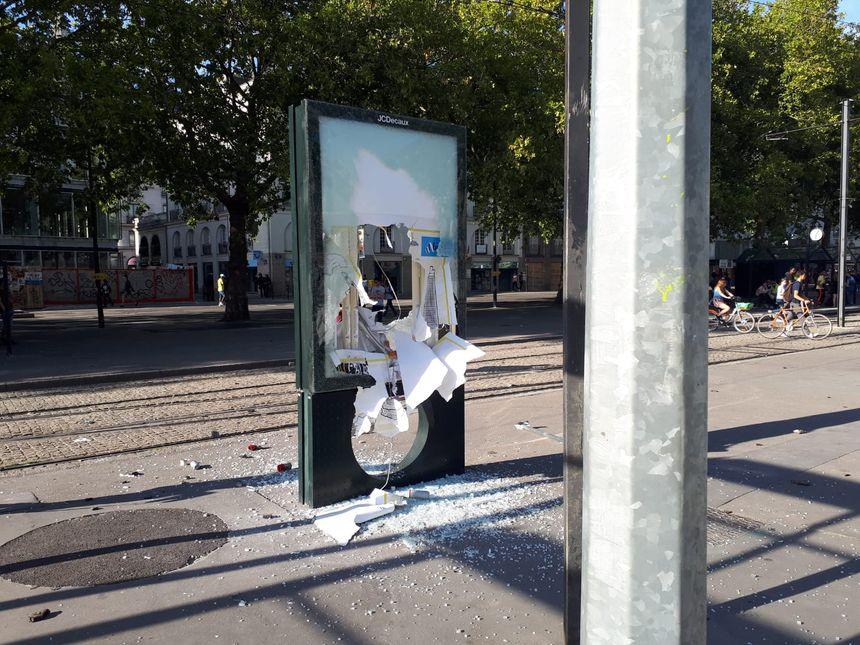 Un panneau publicitaire a été vandalisé, ce samedi soir en plein centre-ville de Nantes.