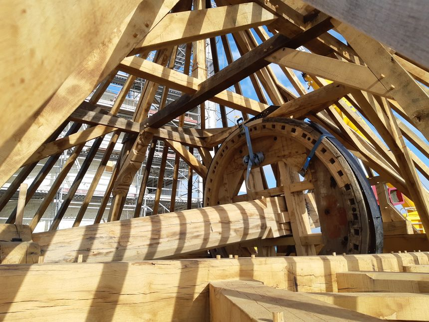 La charpente du moulin a été entièrement reconstituée en atelier, puis démontée et assemblée sur place, avec des méthodes traditionnelles.