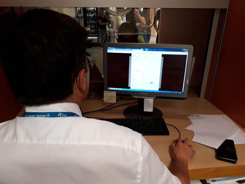 Grâce à un logiciel spécialement conçu, le médecin répartiteur voit en temps réel les disponibilités de ses confrères de garde