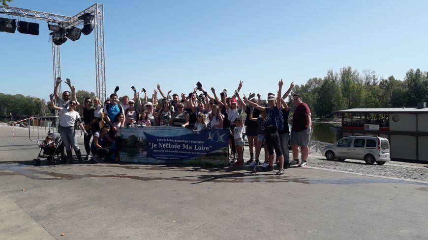 Les participants au ramassage de déchets de l'opération organisée à Orléans par le collectif Je nettoie ma Loire