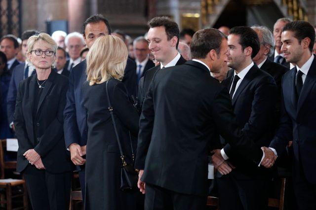 À gauche, Claude Chirac, tandis qu'Emmanuel et Brigitte saluent les proches de l'ancien chef d'État, avant le début de la cérémonie à Saint-Sulpice.