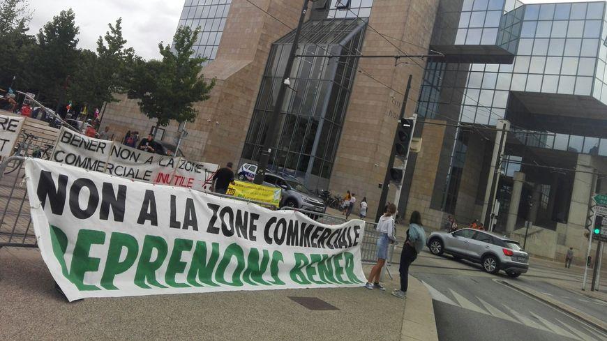 Les opposants à la zone commerciale avaient organisé un rassemblement devant le Palais de Justice du Mans avant l'audience ce mardi 17 septembre.