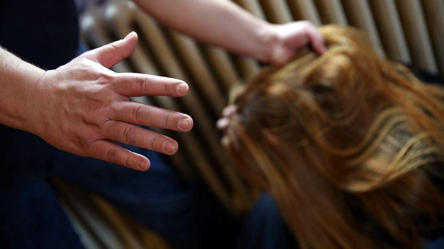 La jeune femme aurait notamment été traînée par terre, tirée par les cheveux (photo d'illustration)