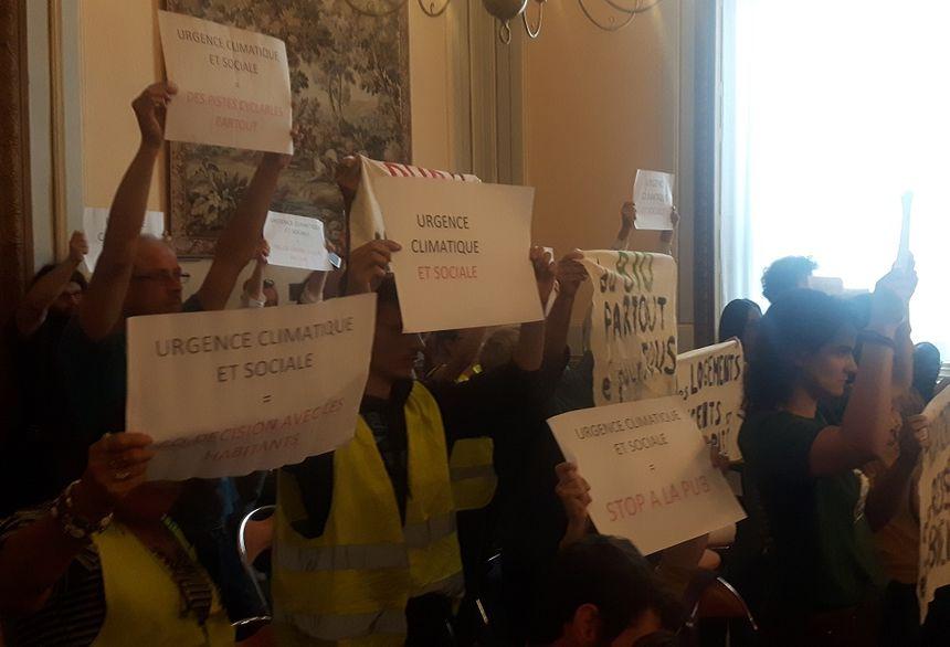 Les militants se sont levés dès la prise de parole d'Olivier Bianchi