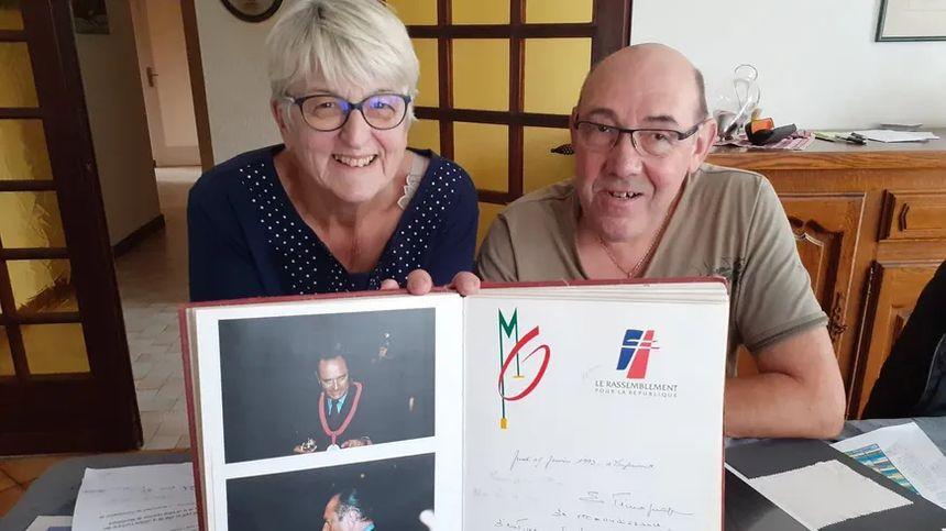 André et Nicole Gonzales, membres de la Confrérie du Boitchu, avec les photos et le mot de Jacques Chirac