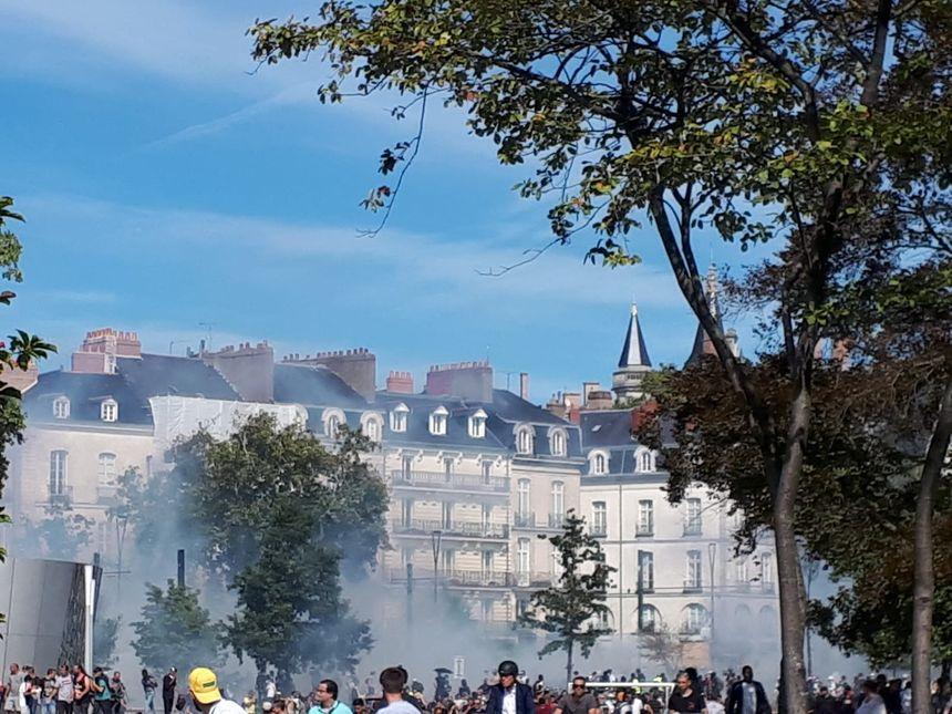 Les manifestants font face aux forces de l'ordre, au niveau du cours Franklin Roosevelt, à Nantes.