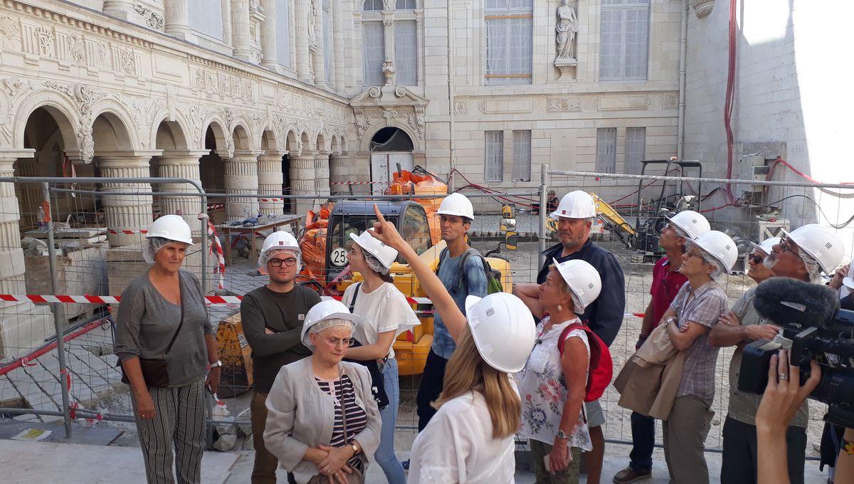 Avec les premiers visiteurs, dans la mairie de la rochelle. Reportage