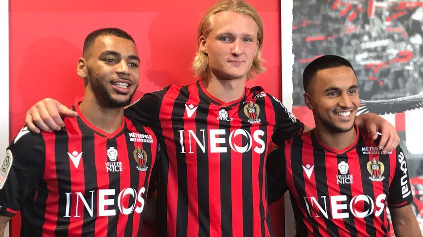 Kasper Dolberg, Adam Ounas et Alexis Claude-Maurice tout sourire lors de la présentation des recrues à la presse
