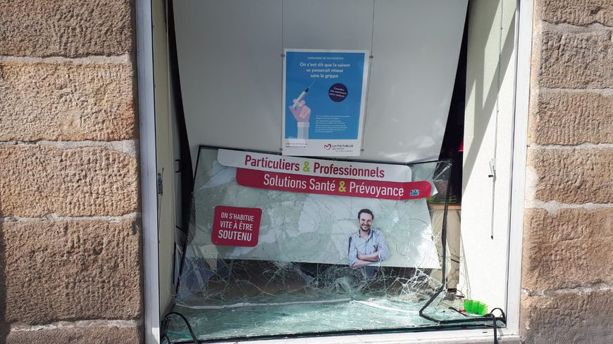 Plusieurs vitres et vitrines ont été vandalisées, ce samedi après-midi à Nantes, en marge de la manifestation.