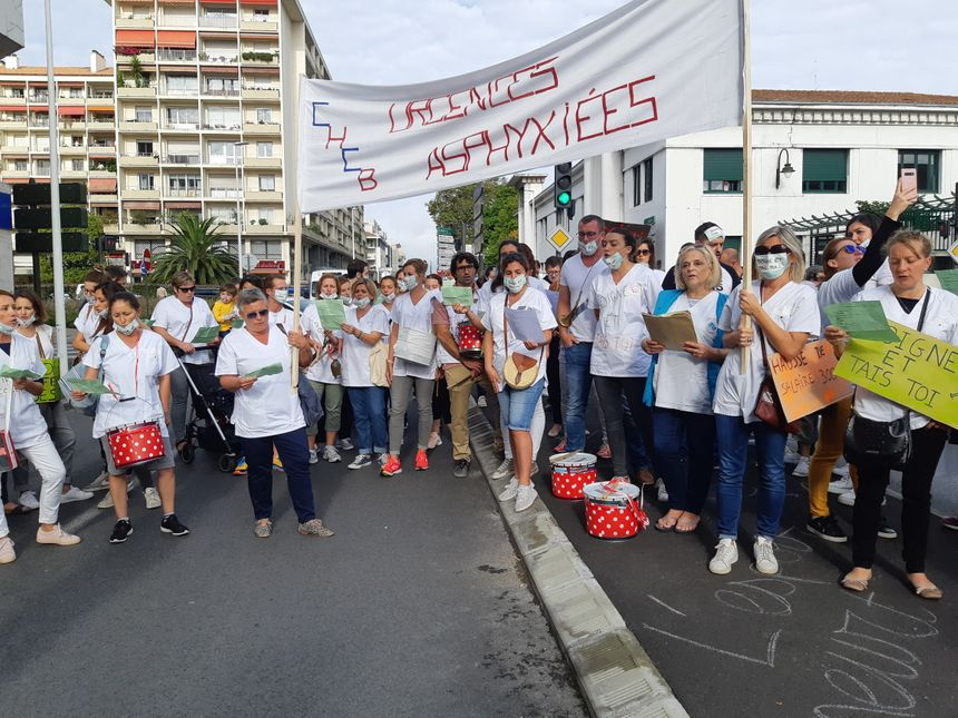 Les grévistes manifestent en chantant