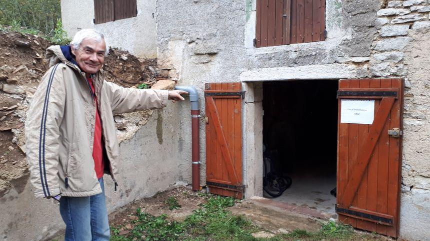 Gérard Riger administrateur de l'association Les amis de Chamerey , devant le local d'installation d'eau.