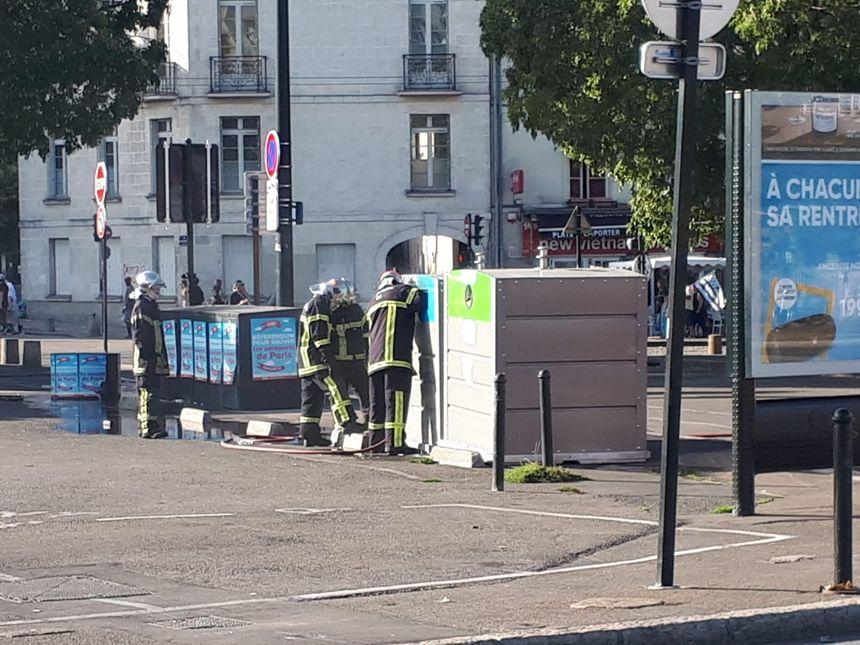 Des manifestants ont mis le feu à une poubelle, ce samedi soir, à Nantes.