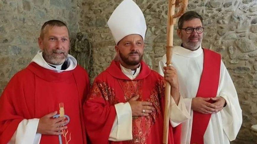 Jean-Christophe Thiery ( à gauche) va être ordonné prêtre de l'église apostolique et oecuménique à Mazamet par Laurent Lenne ( au centre). .