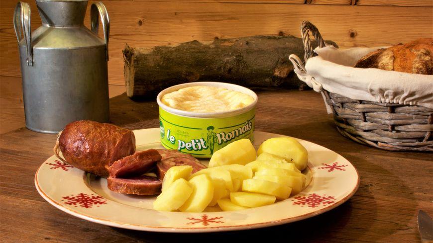 Assiette avec le petit Romois Lehmann, saucisse de Montbéliard et pommes de terre