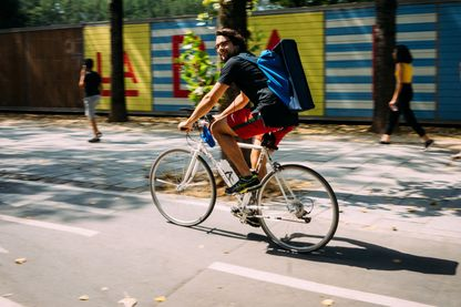 Partout, dans les villes françaises, les vélos et les pistes cyclables fleurissent.