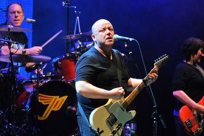 """Les Pixies en concert pour la tournée """"Doolittle"""" au Massey Hall le 18 avril 2011 à Toronto, Canada."""