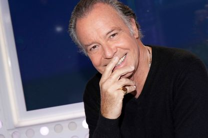 Portrait de Michel Leeb, humoriste, acteur et chanteur.