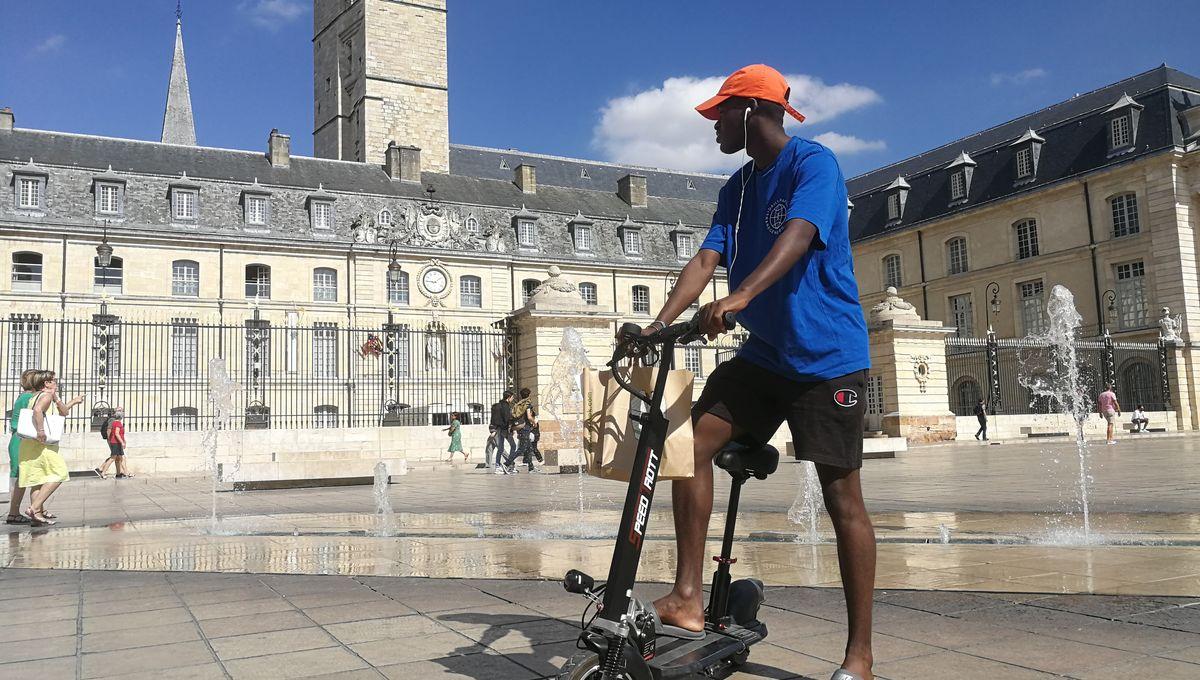 Notre reporter a discuté avec un utilisateur de trottinettes électriques. Il s'appelle Gaël, 36 ans, il rentait chez lui entre la place de la République et le quartier Clémenceau.