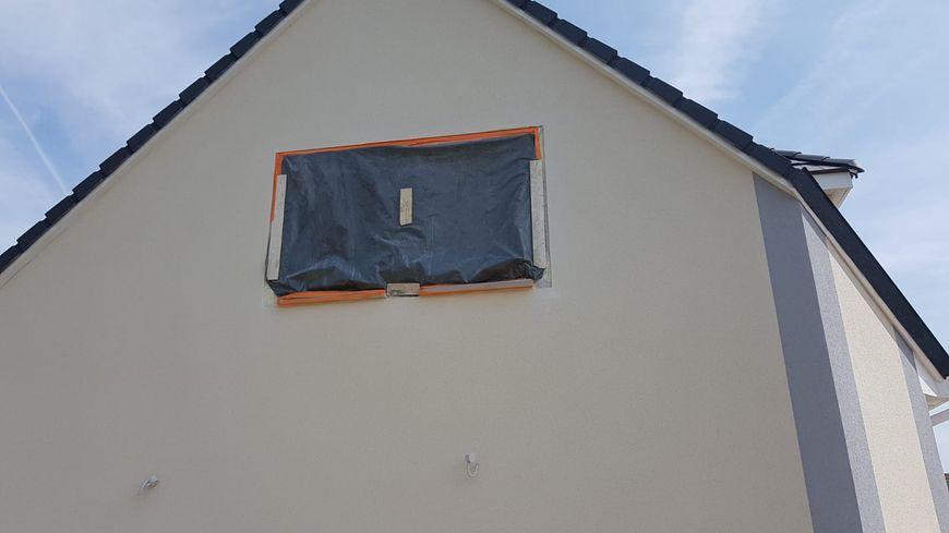 Sur cette maison, la fenêtre et les arrêts de volets ne sont pas au même endroit.