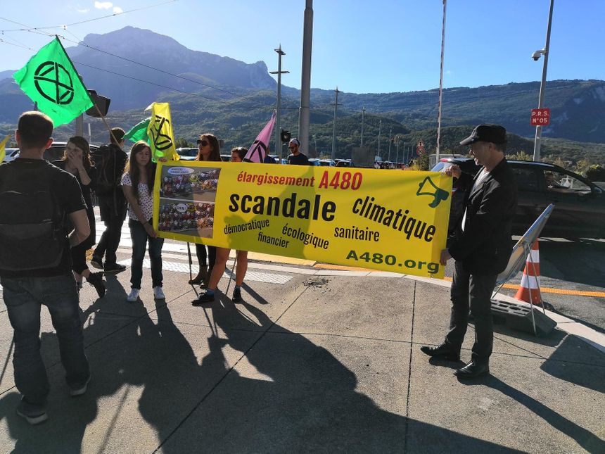 Devant les entrées de l'autoroute, d'autres militants tiennent des banderoles et distribuent des tracts