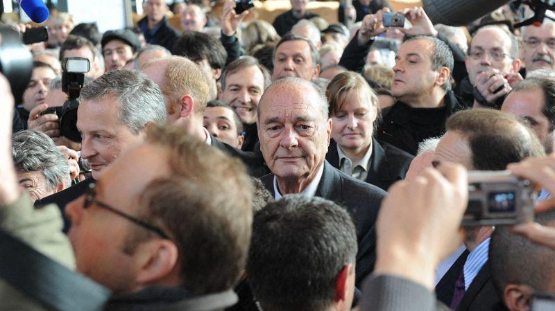L'ancien président Chirac visite le salon en compagnie du ministre de l'agriculture Bruno Le Maire.Cohue autour d'eux.