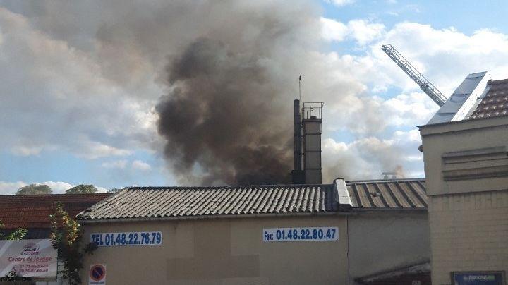 L'incendie s'est déclaré dans un entrepôt qui contient du textile.