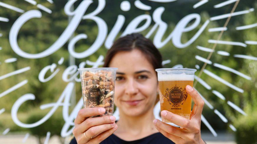 """Le bar """"une petite mousse"""" à Grenoble échange un verre de mégots, contre une boisson."""