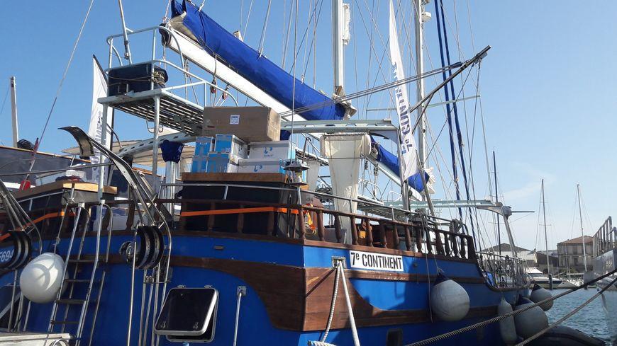 """La goëlette de l'association """"Expédition 7ème continent"""" part avec 4 marins et 4 scientifiques à son bord."""