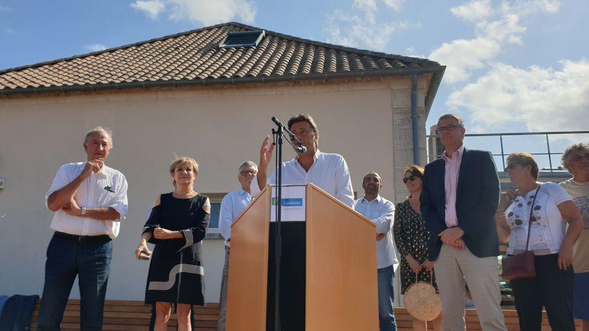 Laurent Peyrondet (au centre), maire de Lacanau, lors du discours inaugural.