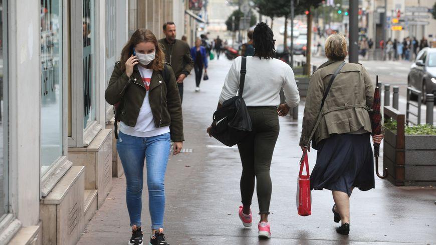 On croise beaucoup de monde dans Rouen avec un masque ou la main sur le nez.