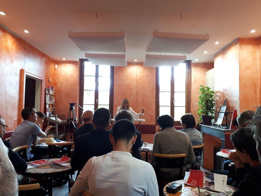 """La candidate socialiste assume devant la presse son expérience politique : """"la gestion d'une ville ne s'improvise pas""""."""