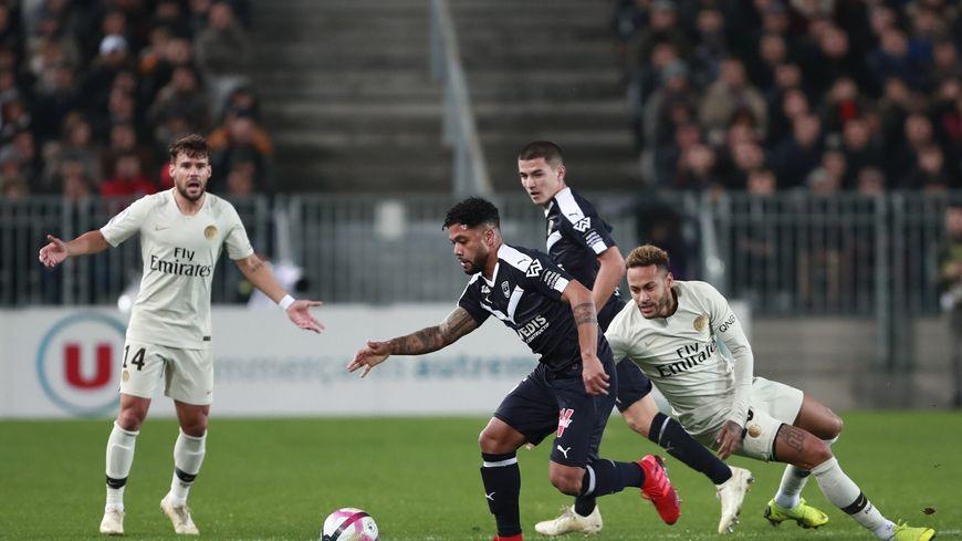 Otavio échappe à Neymar lors du dernier match entre les deux équipes au Matmut Atlantique (2-2)