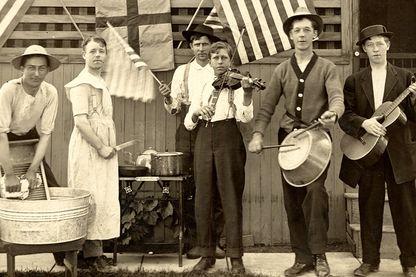 Frottoir et casseroles pour ce groupe immortalisé en 1910