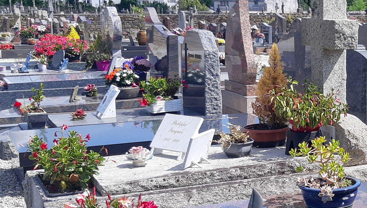 A vendre : pierres tombales, beaucoup servi, prêtes pour une seconde vie