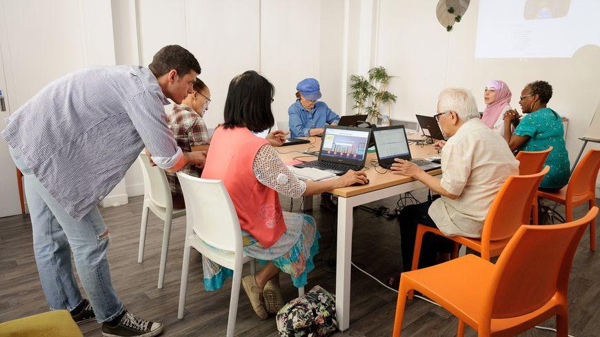 Les ateliers Emmaüs Connect se tiennent en petit groupe, pour assurer une aide personnalisée sur le numérique