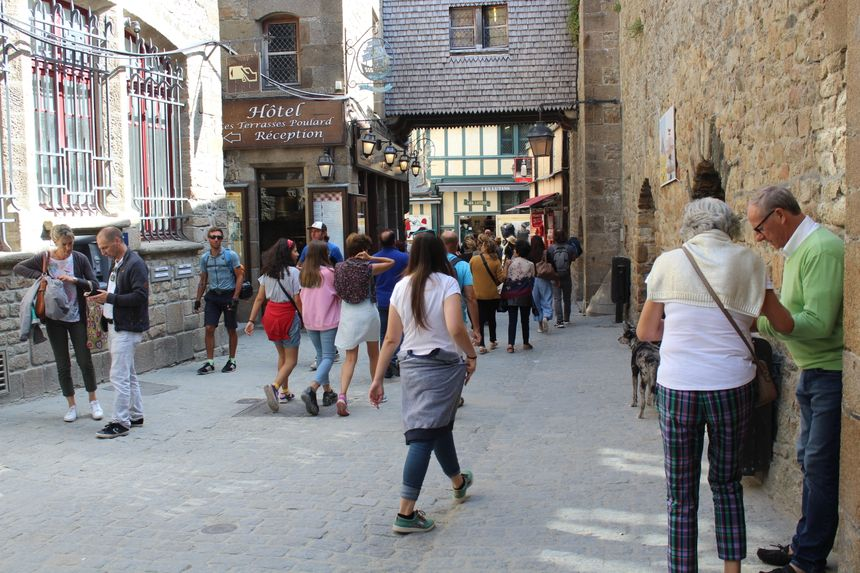 Lorsque la marée est redevenue basse, les visiteurs quittent les tours pour visiter l'abbaye ou déambuler dans les rues.