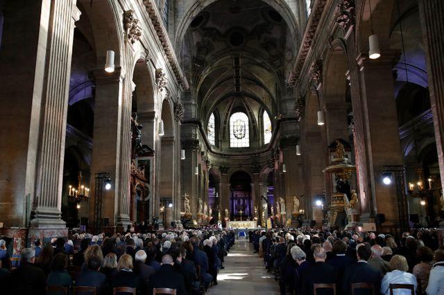 Quelque 2000 personnes ont assisté à la cérémonie à l'intérieur de l'église Saint-Sulpice.